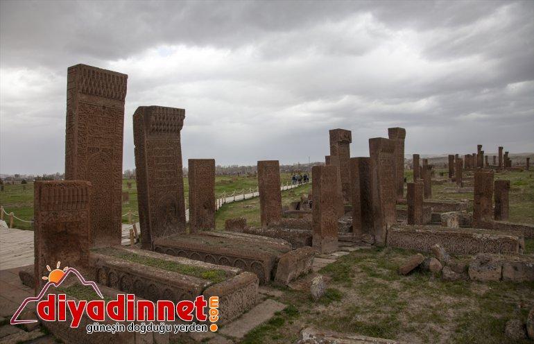 daha 100 - Selçuklu taşı mezar BİTLİS ayağa kaldırılacak Mezarlığı'ndaki Ahlat 11
