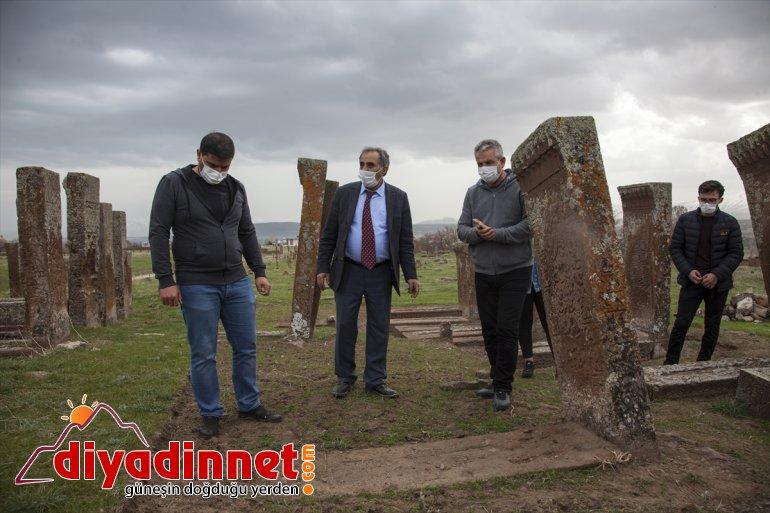BİTLİS Ahlat kaldırılacak 100 Mezarlığı'ndaki daha - Selçuklu ayağa mezar taşı 4