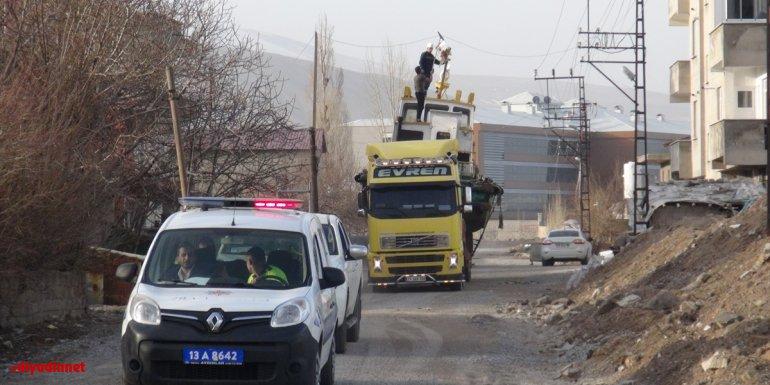Bitlis'te öğrencilerin uygulamalı eğitimi için 25 tonluk tekne okul bahçesine taşındı