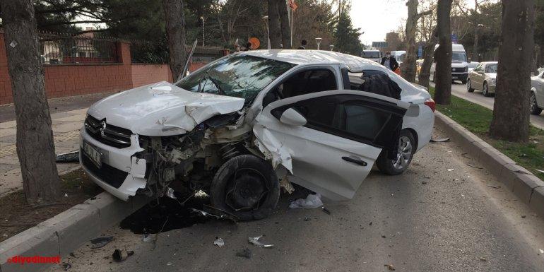 Elazığ'da ağaca çarpan otomobilin sürücüsü yaralandı