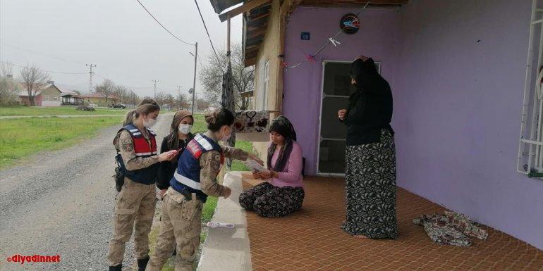 Elazığ'da köyleri gezen jandarma ekipleri KADES'i kadınlara anlatıyor