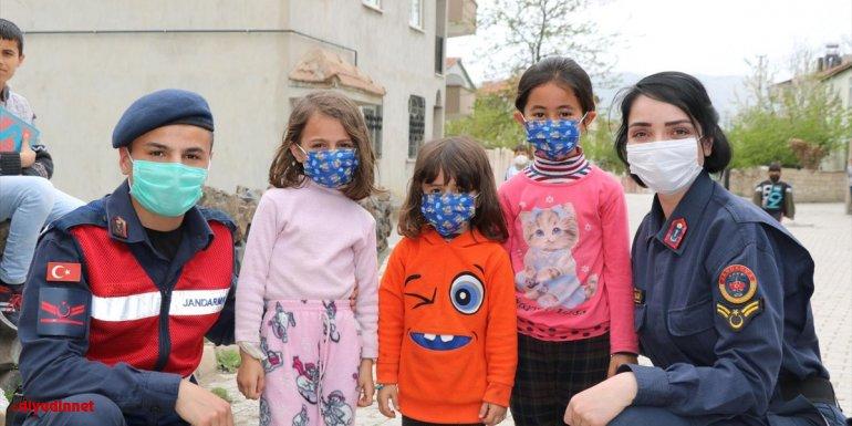 Elazığ'da jandarma Kovid-19 denetimlerinde çocuklarla ilgilendi