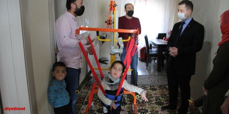 Malazgirt Kaymakamı Demirer, serebral palsili çocuğa uzay terapi sistemi aldı