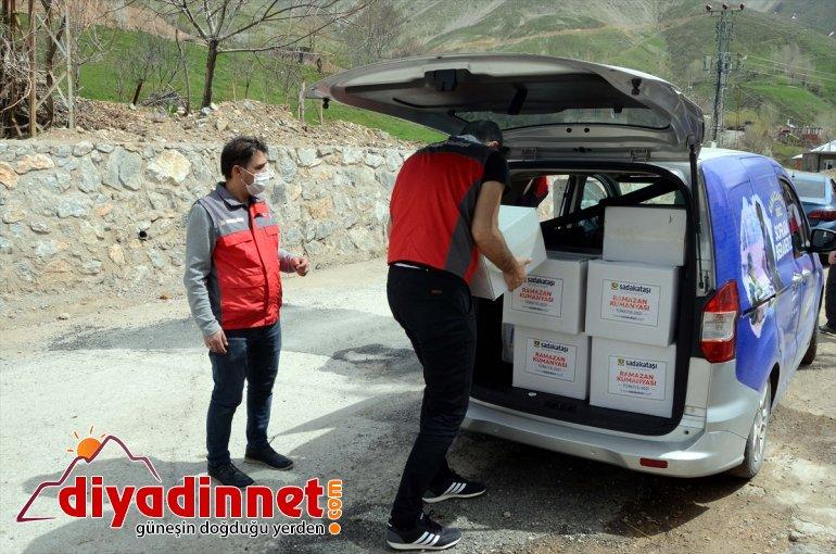 Sadakataşı Derneği Bitlis'te 100 aileye yardım kolisi dağıttı