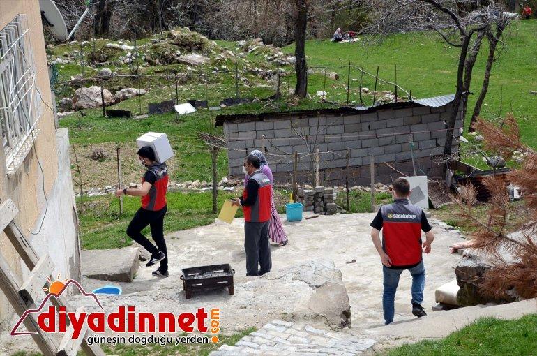 Bitlis'te Sadakataşı 100 Derneği yardım aileye kolisi dağıttı 5