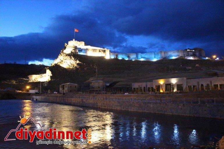 Tarihi Kars Kalesi otizme dikkati çekmek için mavi renkle ışıklandırıldı
