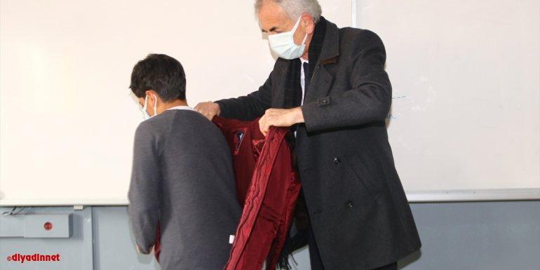 Kızılay'dan Muradiye'deki öğrencilere kıyafet ve ayakkabı yardımı