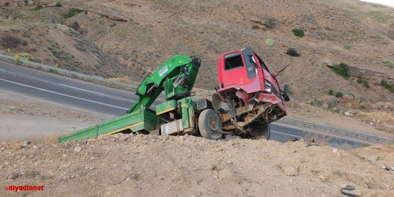 Elazığ'da vinç yüklü kamyon tümseğe çarptı: 1 yaralı