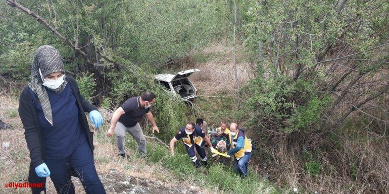 Erzincan'da şarampole devrilen otomobildeki 3 kişi yaralandı