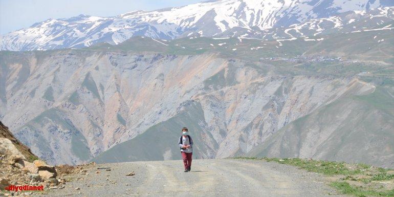 Hakkarili İsa, uzaktan eğitime katılabilmek için her gün 2 kilometre yürüyor