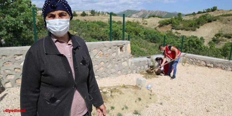 """Tunceli'de """"Vefa Sosyal Destek Grubu"""" Fidan Nine'nin ölen eşinin mezarındaki çiçekleri suladı"""