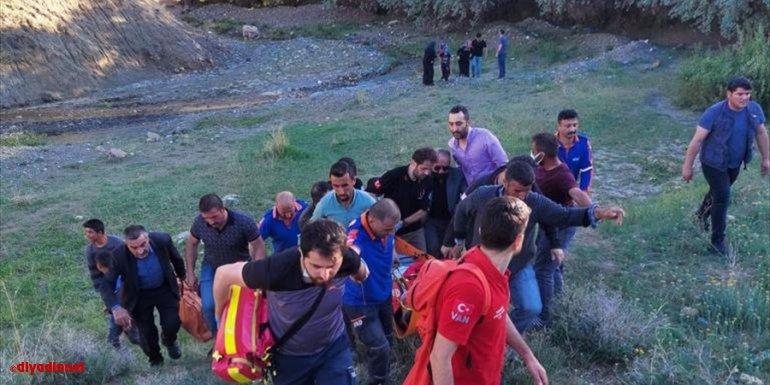 Van'da kayalıklardan düşerek yaralanan vatandaşı ekipler kurtardı