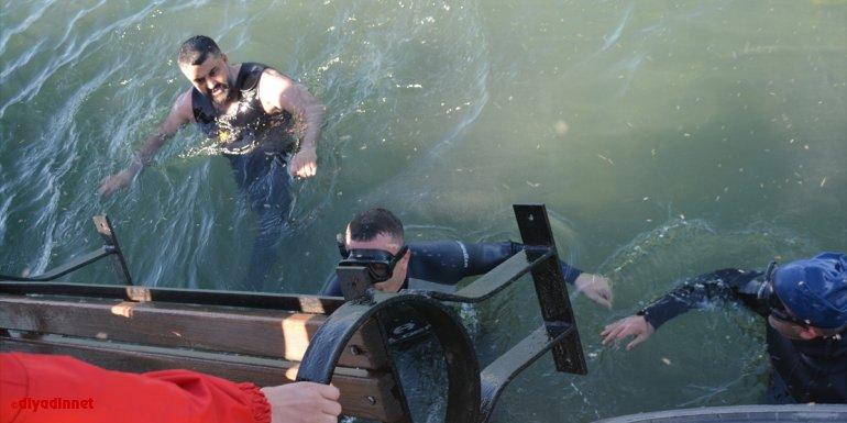 Van Gölü'nde temizlik yapan dalgıçlar sudan oturma bankları çıkardı
