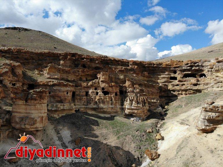 bekliyor AĞRI yapılan Mağaraları' - oyularak Biligan Kayalar ziyaretçilerini 'Yukarı 3