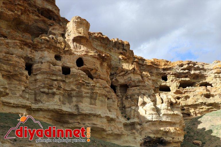 'Yukarı ziyaretçilerini AĞRI Biligan - Mağaraları' bekliyor yapılan Kayalar oyularak 22