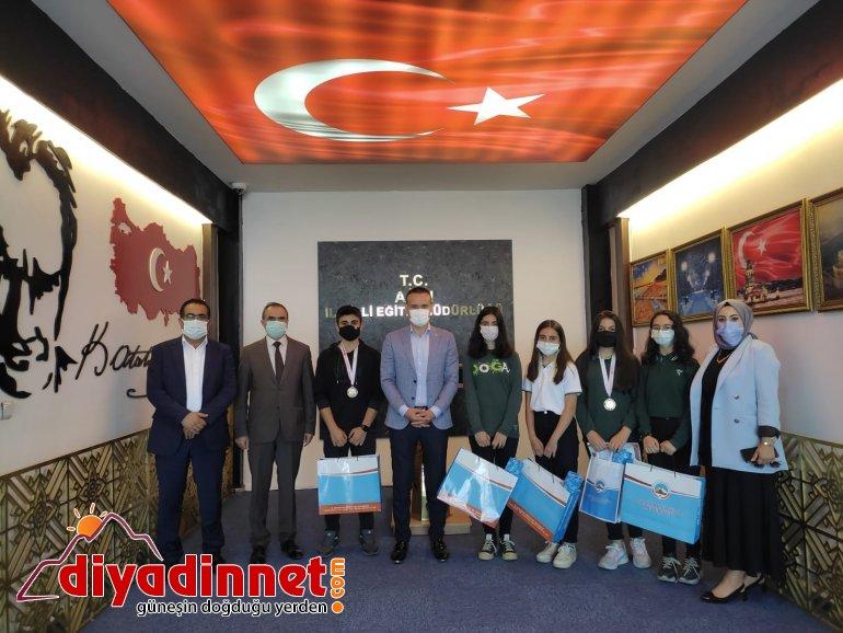 Ağrı Milli Eğitim Müdürü Tekin yarışmalarda başarılı olan öğrencileri ödüllendirdi2