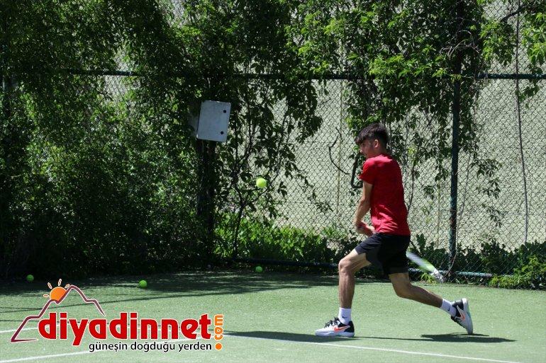 dalgalandırmak tenisçiler müsabakalarda Ağrılı uluslararası istiyor genç Türk bayrağını 2