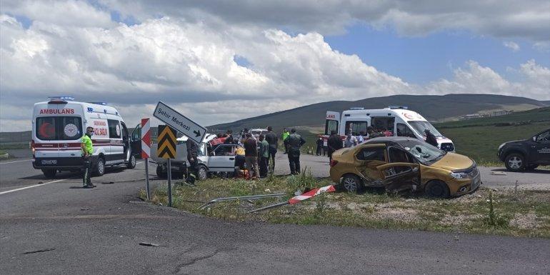 Ardahan'da taksi ile otomobil çarpıştı: 3 yaralı1