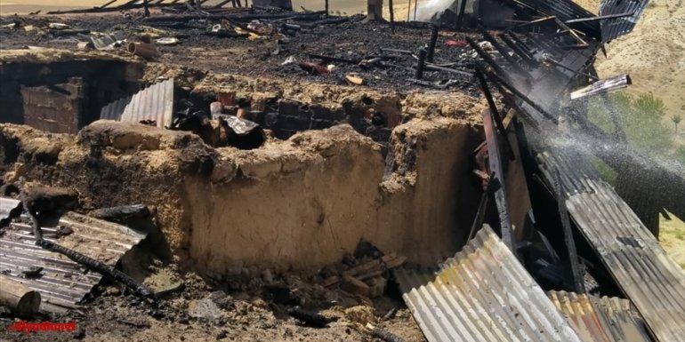 Baskil'in Konacık köyündeki bir ev, çıkan yangında kullanılamaz hale geldi