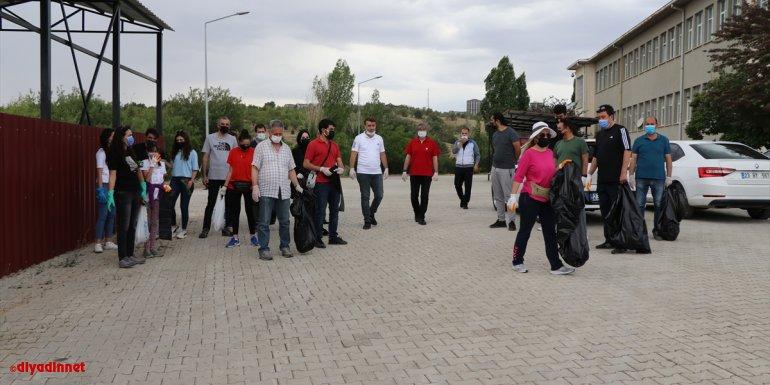 Elazığ'da akademisyen ve öğrenciler çevre temizliği yaptı
