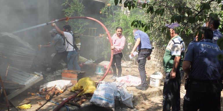 Elazığ'da evde çıkan yangında iki kız kardeş dumandan etkilendi