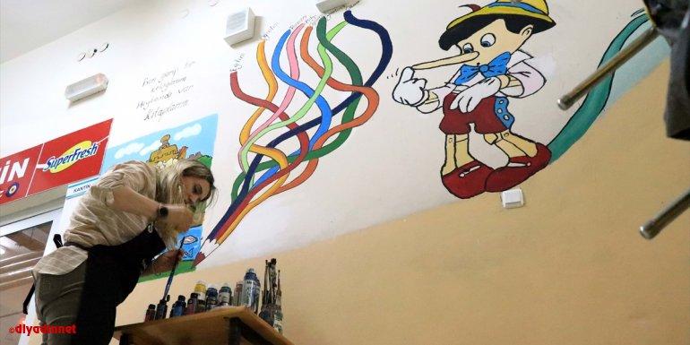 Elazığ'da Yeliz öğretmenin fırçasıyla okullar renkleniyor