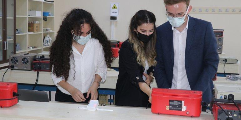 Erzincan'daki üniversite öğrencileri karantinadaki Kovid-19 hastalarının takibi için akıllı bileklik üretti