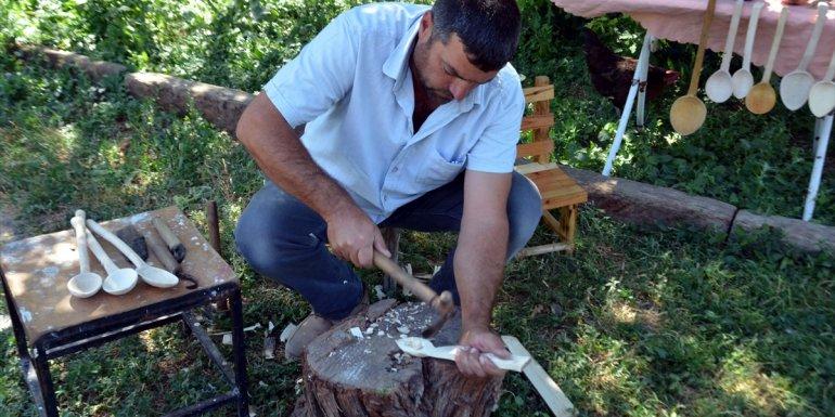 Dedesinden öğrendiği sanatla şimşir ağacından kaşık üretiyor