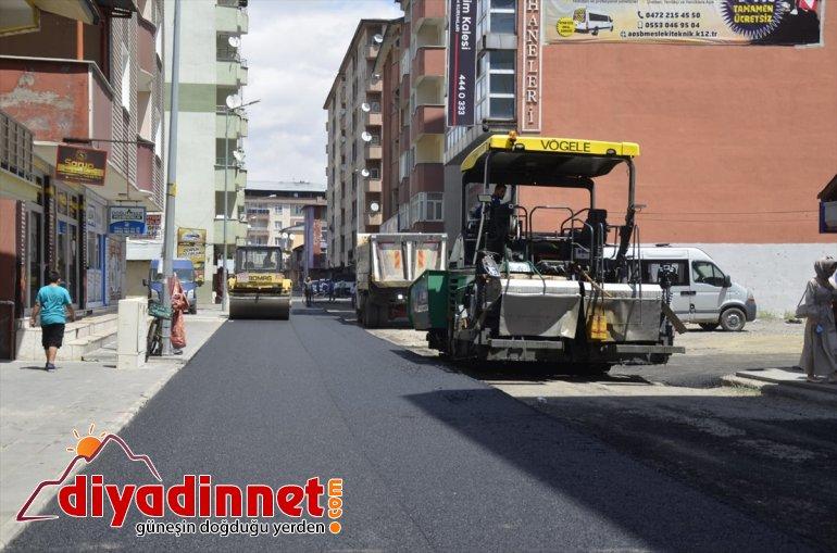 Ağrı Belediyesi ürettiği asfaltla kentin yollarını asfaltlıyor