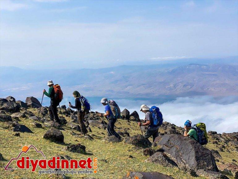 yapmayı başardı tipiye grup dağcı, yakalandıkları Ağrı zirve Dağı'na tırmanan rağmen bir 4