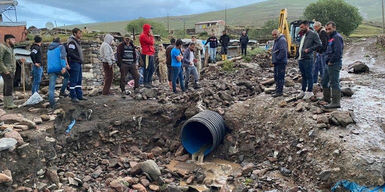 Ardahan'da sağanak nedeniyle dere taştı, yol ve evleri su bastı