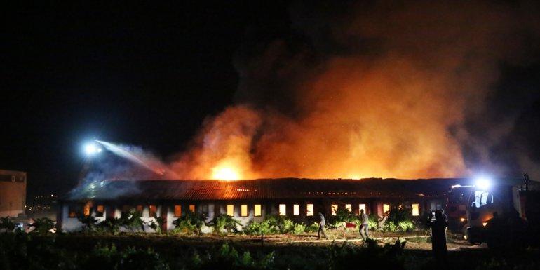Elazığ'da geri dönüşüm tesisinde çıkan yangına müdahale ediliyor