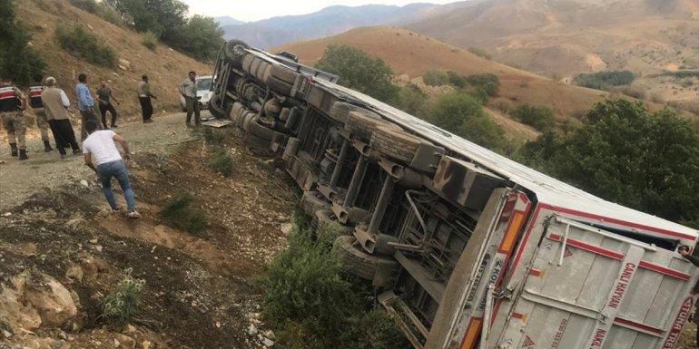 Erzincan'da şarampole devrilen tırdaki 3 kişi yaralandı, yaklaşık 150 küçükbaş hayvan telef oldu