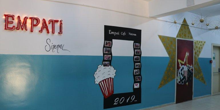 Özel öğrenciler, işlettikleri kafeden elde ettikleri gelirle okullarına sinema salonu kazandırdı