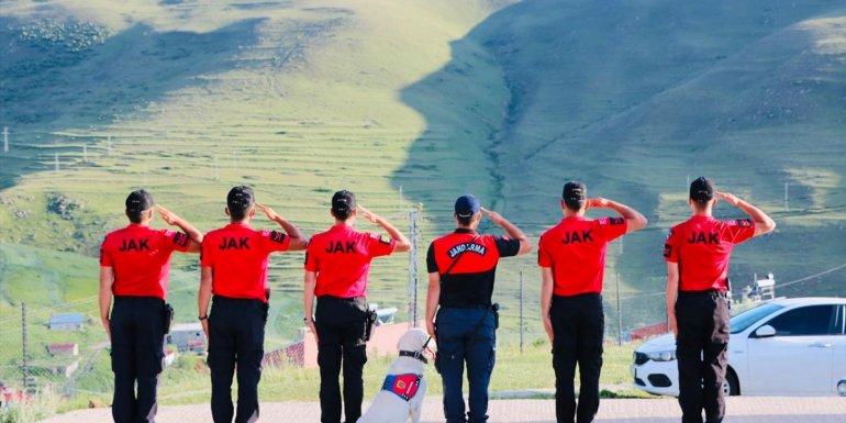 """JAK timleri Ardahan'da dağ eteğine yansıyan """"Atatürk silüeti""""ne selam durup bayrak açtı"""