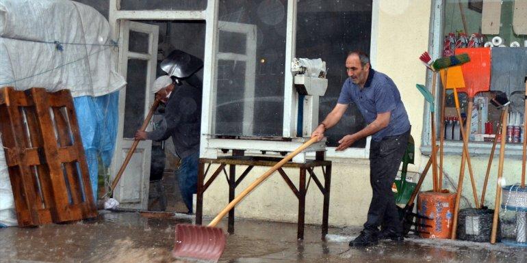 Kars'ta etkili olan sağanak ve dolu yüzünden bazı ev ve iş yerlerini su bastı
