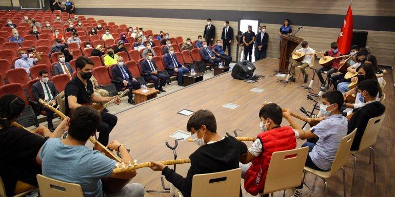 Muş'ta bağlama kursunu tamamlayan 12 öğrenciye sertifika verildi