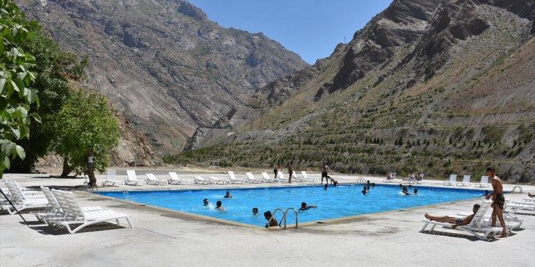 Sümbül Dağı eteklerinde havuz keyfi