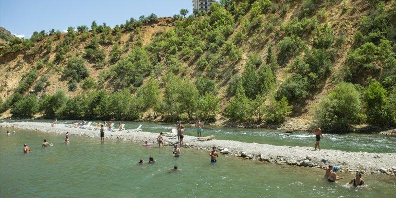 Tunceli'de sıcak havadan bunalan vatandaşlar Munzur ve Pülümür çaylarında yüzerek serinledi