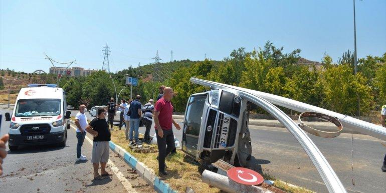 Tunceli'de hafif ticari araç elektrik direğine çarptı: 4 yaralı