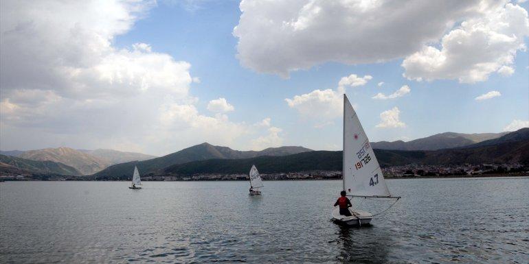 Yelkenciler, Van Gölü'nde şampiyonalara hazırlanıyor