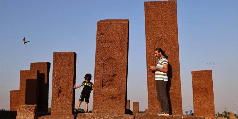 Dünyanın en büyük Türk-İslam mezarlığını iki günde 30 bin kişi ziyaret etti