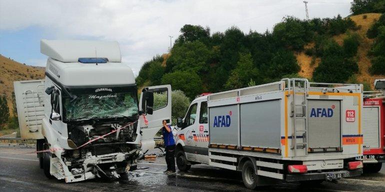 Bitlis'te tır ile kamyonet çarpıştı: 2 ölü, 3 yaralı