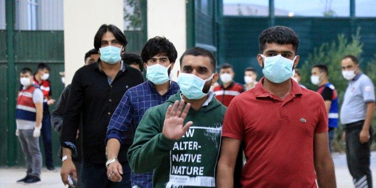 Erzurum'da 140 düzensiz göçmen sınır dışı edilmek üzere İstanbul'a gönderildi