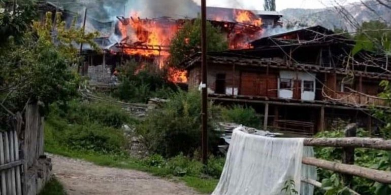 Erzurum'da çıkan yangında 4 ev hasar gördü