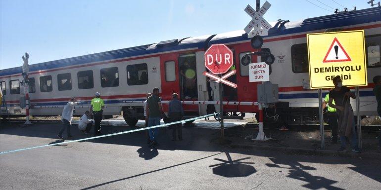 Kars'ta Doğu Ekspresi treninin hemzemin geçitte çarptığı kişi öldü