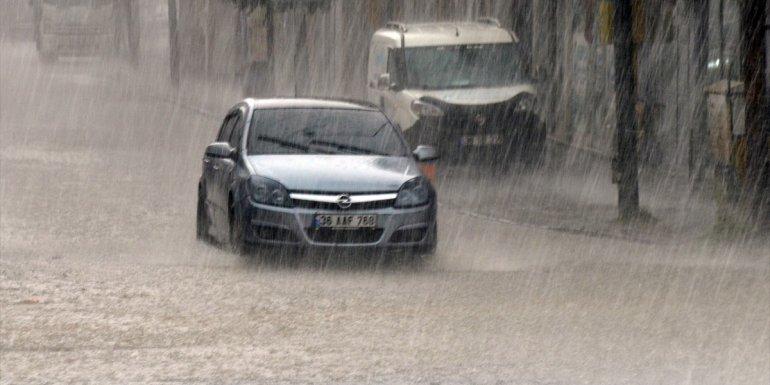 Kars'ta sağanak nedeniyle ev ve iş yerlerini su bastı