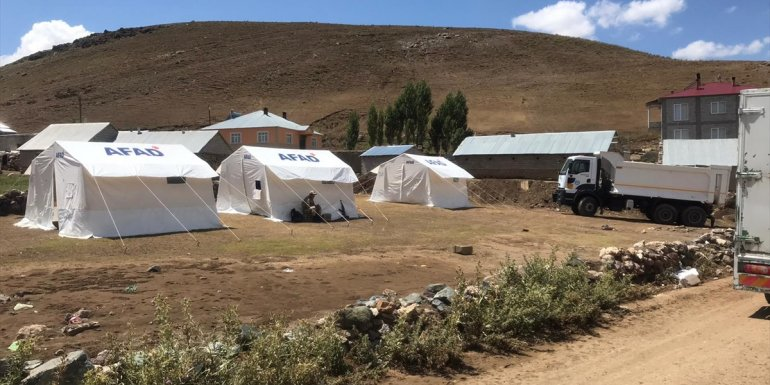 Çaldıran'da selzedelere gıda ve yemek yardımı