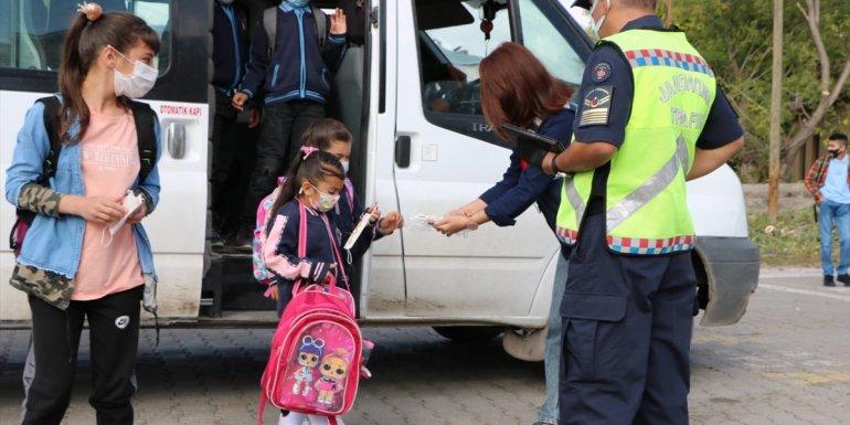 Ardahan'da jandarma ekipleri öğrenci servis araçlarını denetliyor