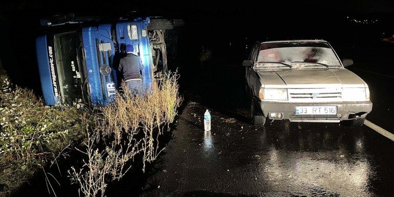 Ardahan'da kar ve tipi nedeniyle tırlar yolda kaldı1
